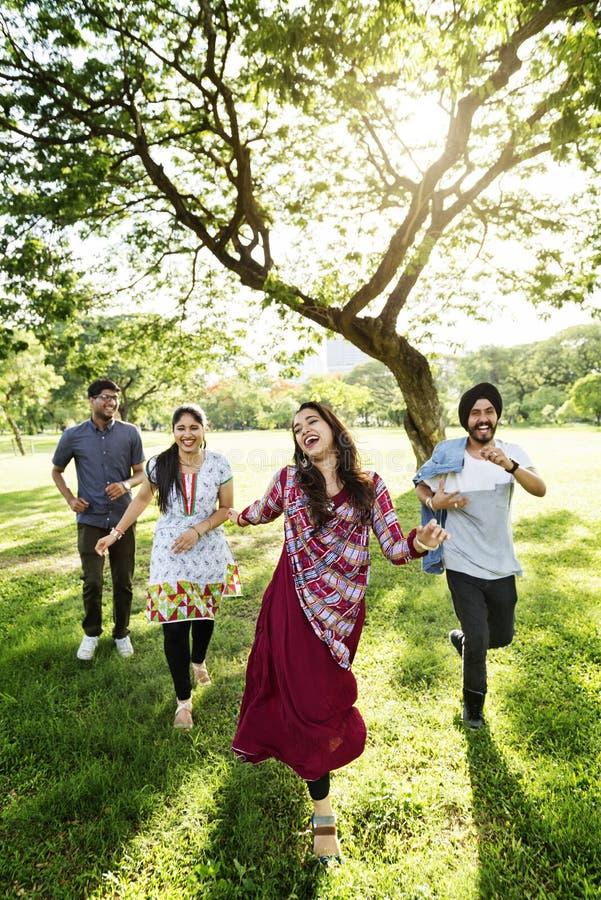 Conceito alegre do parque dos amigos indianos fotografia de stock royalty free