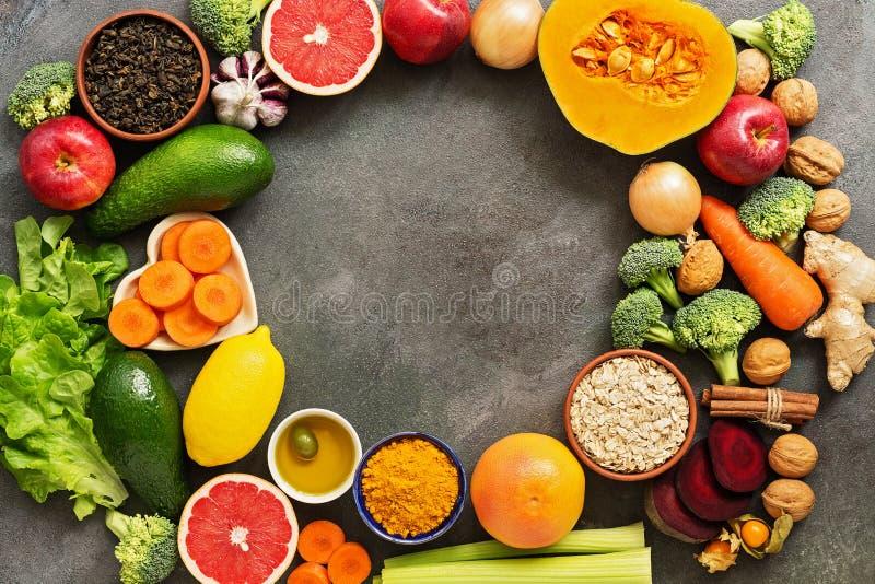 Conceito alimentar com detox hepático Conceito alimentar saudável para o fígado, frutas, legumes, frutos de casca rija, azeite, c fotografia de stock