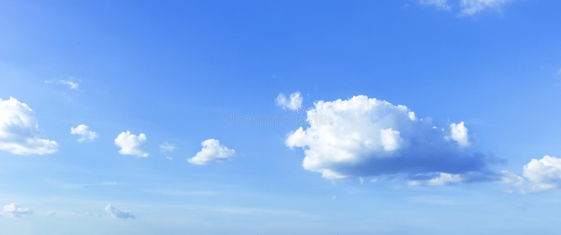 Conceito ambiental do dia do mundo: céu com céu azul e as nuvens brancas imagens de stock royalty free