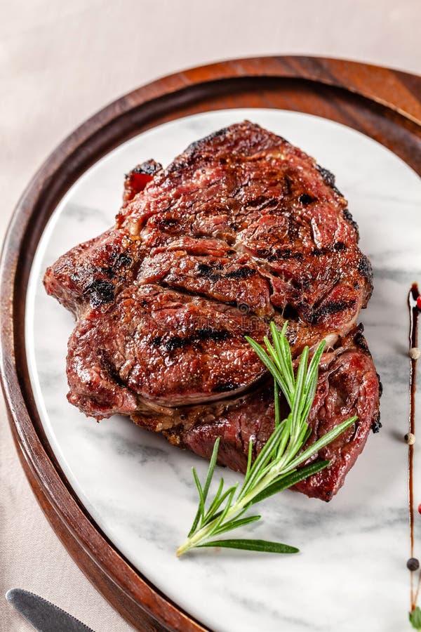 Conceito americano da culin?ria Bife da carne de porco com molho de assado vermelho do tomate Pratos de serviço em uma placa de m foto de stock royalty free