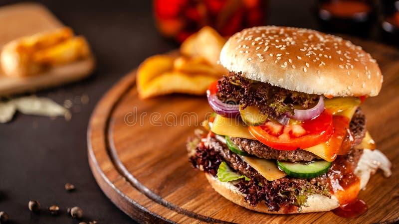 Conceito americano da culin?ria Um grande hamburguer caseiro com um rissol dobro da carne da carne de porco e da vitela, o tomate foto de stock royalty free