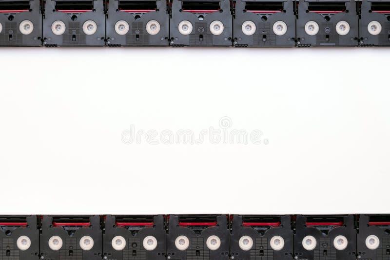 Conceito análogo da tela do filme feito cassetes de banda magnética do vintage das mini DV usadas filmando para trás em um dia Te fotografia de stock