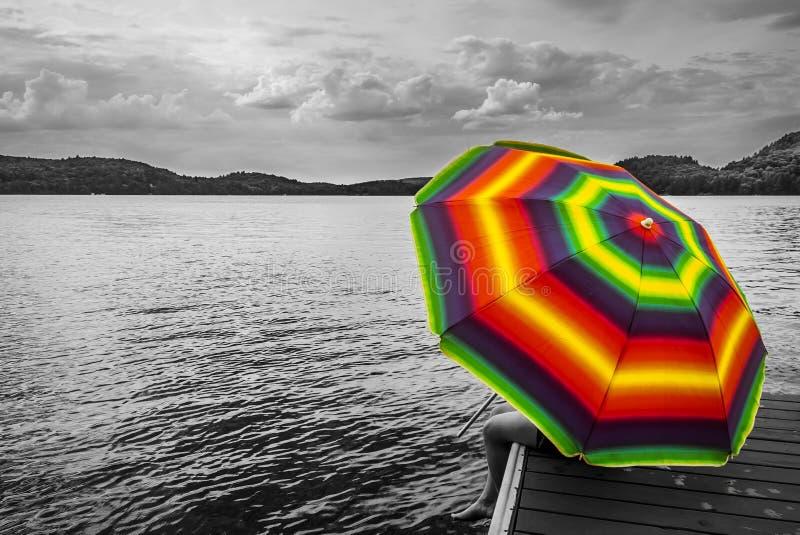 Conceito: arco-íris guarda-chuva colorido drama preto e branco, e foto de stock