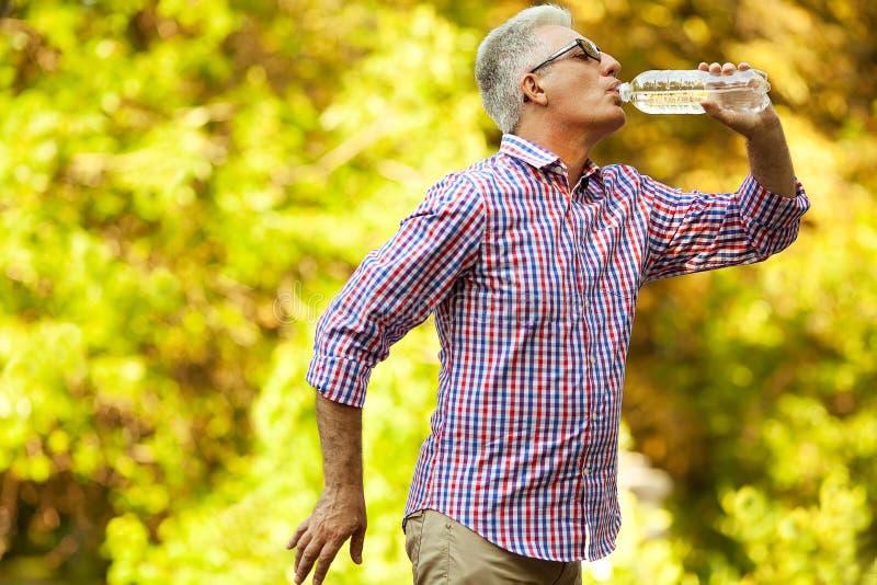 Conceito ativo saudável da vida Retrato de beber maduro do homem fotos de stock royalty free