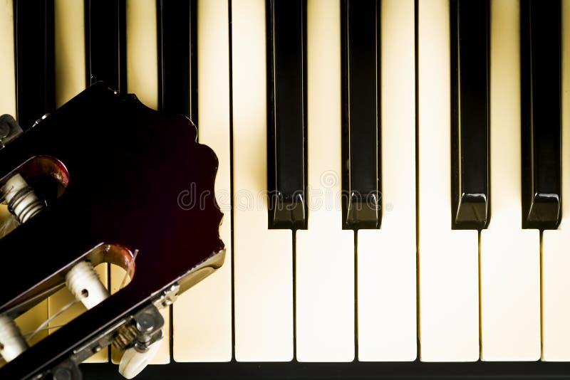 Conceito atrás da música a guitarra e as chaves imagem de stock royalty free