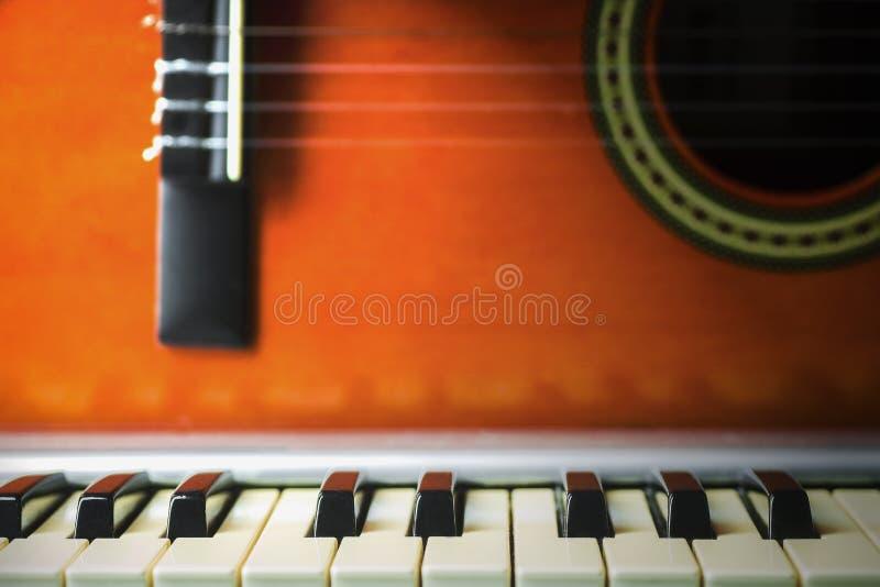 Conceito atrás da música a guitarra e as chaves fotos de stock royalty free