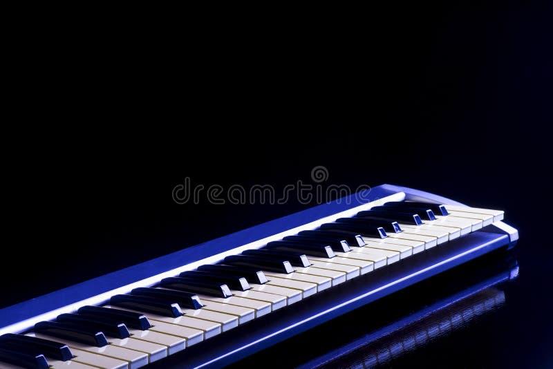 Conceito atrás das chaves da música no fundo preto imagem de stock
