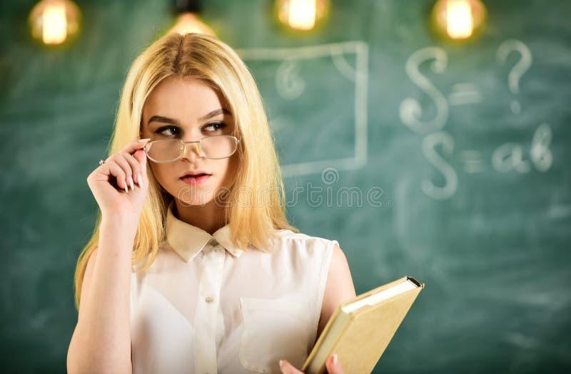 Conceito atrativo do conferente A mulher com livro começa a lição, olha na audiência ao descolar monóculos Olhares do professor foto de stock royalty free