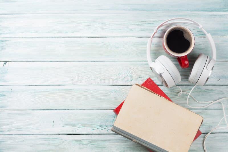 Conceito audio do livro Fones de ouvido, café e livros foto de stock royalty free