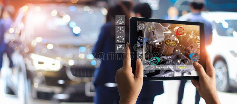 Conceito aumentado da realidade AR 4 industriais 0, m?o da tabuleta da terra arrendada do coordenador usando a AR virtual foto de stock
