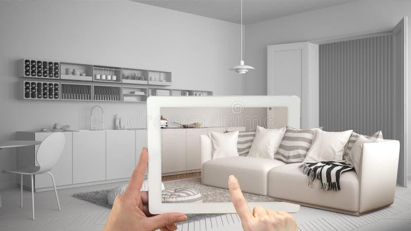 Conceito aumentado da realidade Entregue guardar a tabuleta com a aplicação da AR usada para simular produtos da mobília e do des fotos de stock