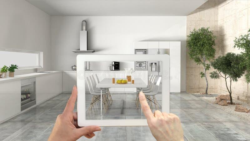 Conceito aumentado da realidade Entregue guardar a tabuleta com a aplicação da AR usada para simular produtos da mobília e do des fotos de stock royalty free