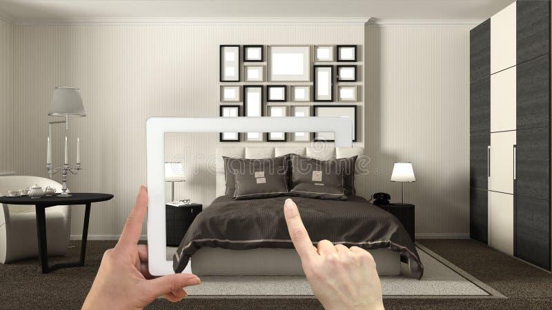 Conceito aumentado da realidade Entregue guardar a tabuleta com a aplicação da AR usada para simular produtos da mobília e do des imagem de stock