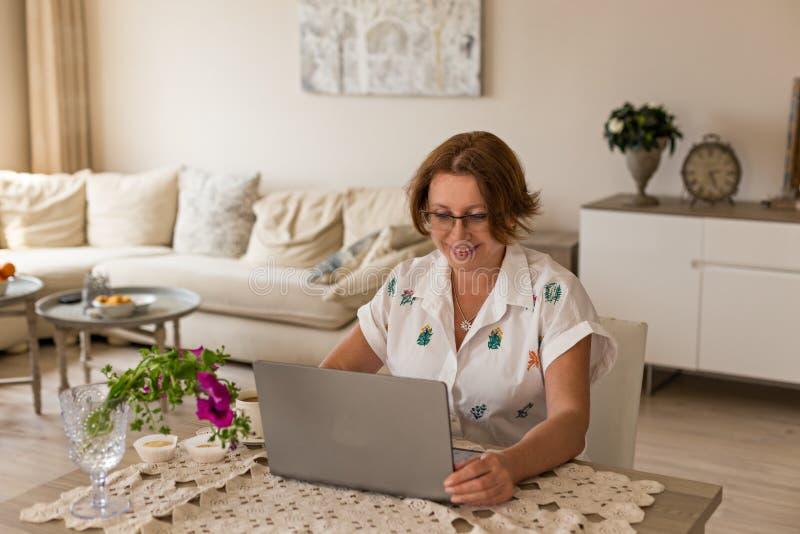 Conceito autônomo e do escritório domiciliário Mulher que trabalha da HOME imagens de stock royalty free