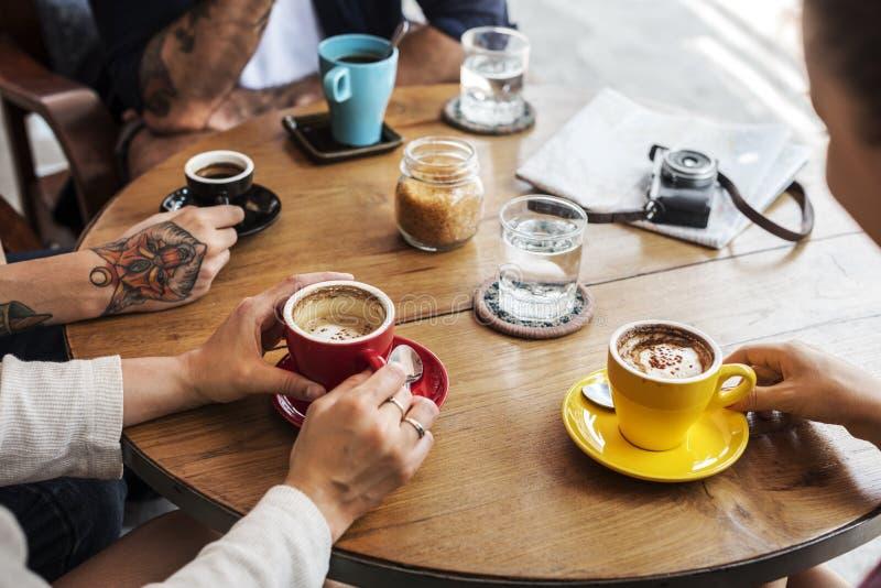 Conceito bebendo do café do grupo de pessoas fotografia de stock
