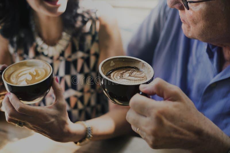 Conceito bebendo do café dos pares maduros junto imagens de stock royalty free