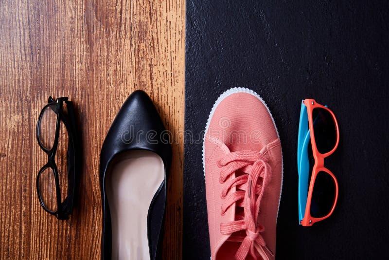 Conceito bem escolhido do equilíbrio da vida do trabalho: sapatilhas ou sapatas coloridas dos esportes e sapatas restritas do esc imagem de stock royalty free