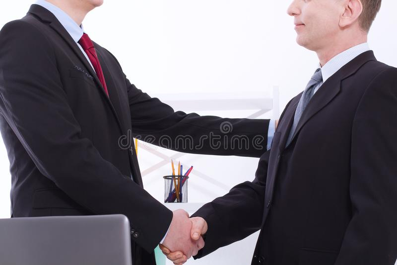 Conceito bem sucedido da parceria do negócio aperto de mão dos businessmans no fundo do escritório Aperto de mão dos homens de ne fotos de stock royalty free