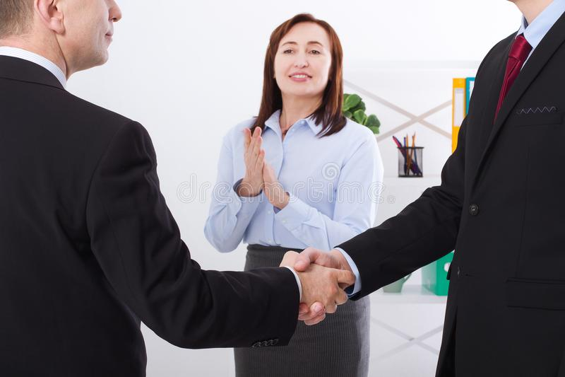 Conceito bem sucedido da parceria do negócio com aperto de mão dos businessmans Aplauso feliz da mulher de negócios no fundo do e fotos de stock royalty free