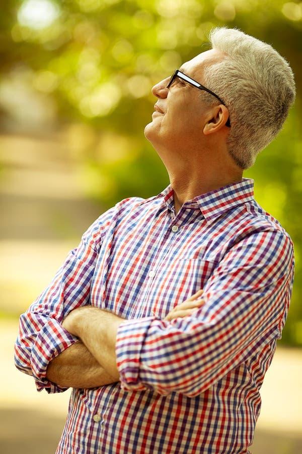 Conceito bem sucedido do homem Retrato de um velho maduro feliz de sorriso imagens de stock royalty free