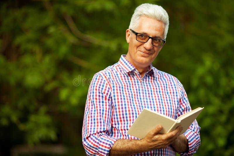 Conceito bem sucedido do homem Retrato de um velho maduro feliz de sorriso imagem de stock