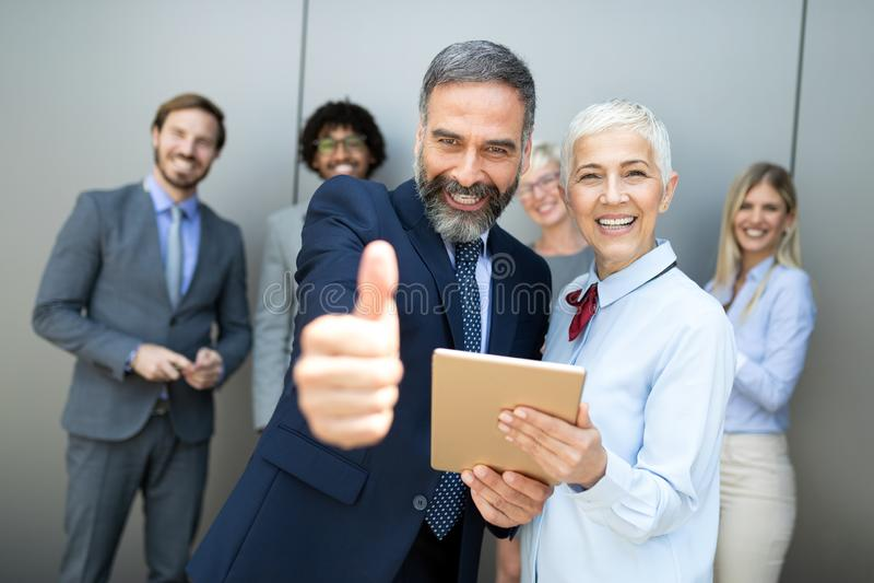 Conceito bem sucedido do local de trabalho da reunião de negócios do poder dos trabalhos de equipa fotos de stock royalty free