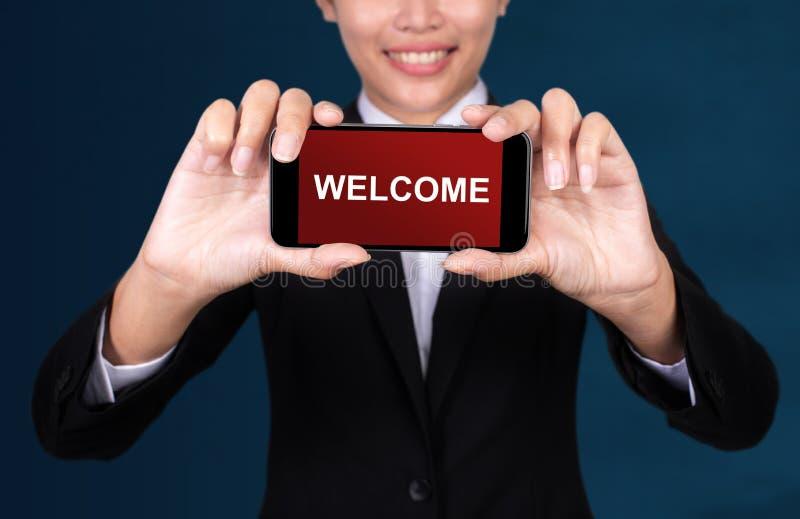 Conceito bem-vindo, boa vinda feliz do texto de Show da mulher de negócios em Smart fotografia de stock