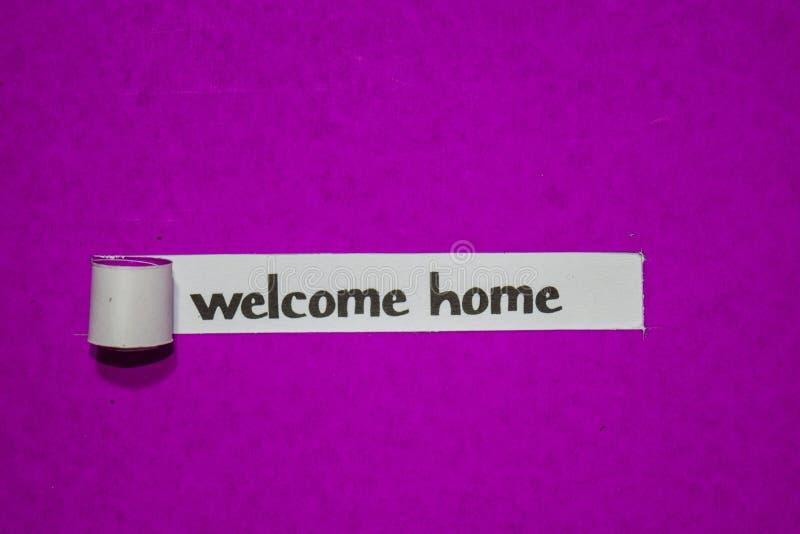 Conceito bem-vindo da casa, da inspiração, da motivação e do negócio no papel rasgado roxo fotos de stock royalty free