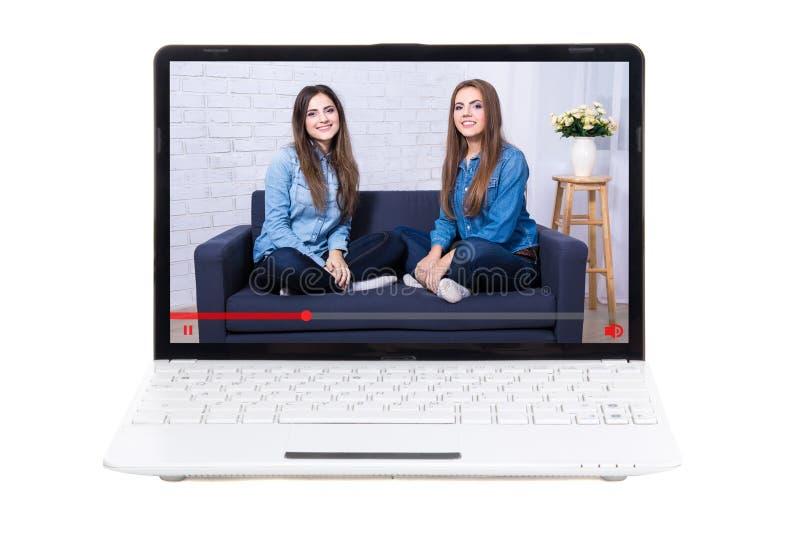 Conceito Blogging - bloggers bonitos das meninas na tela do portátil fotografia de stock