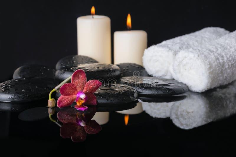 Conceito bonito de pedras do zen com gotas, orquídea roxa dos termas fotografia de stock