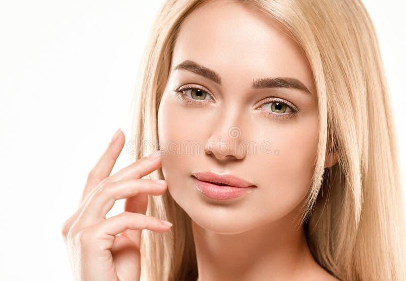 Conceito bonito dos cuidados com a pele da beleza do retrato da cara da mulher Modelo da beleza da forma com cabelo bonito foto de stock