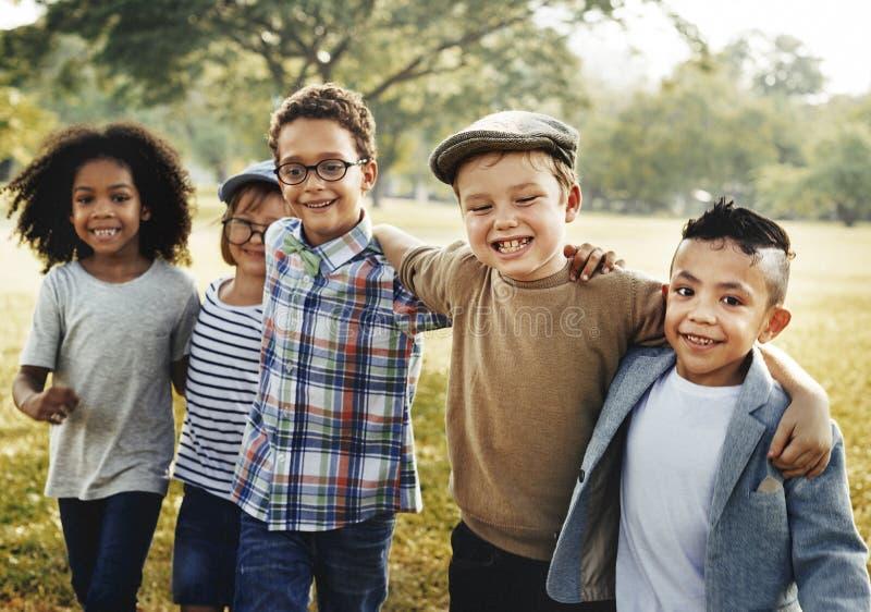 Conceito brincalhão da felicidade da unidade da amizade das crianças fotos de stock royalty free