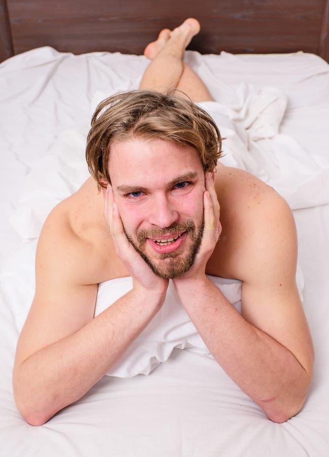 Conceito brincalhão do humor Roupa de cama macho 'sexy' do branco da configuração do indivíduo Agradável relaxe o conceito Sorris imagens de stock