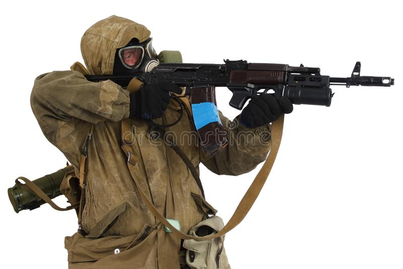 conceito Cargo-apocalíptico da ficção - assediador na máscara de gás com arma de ak-47 fotografia de stock
