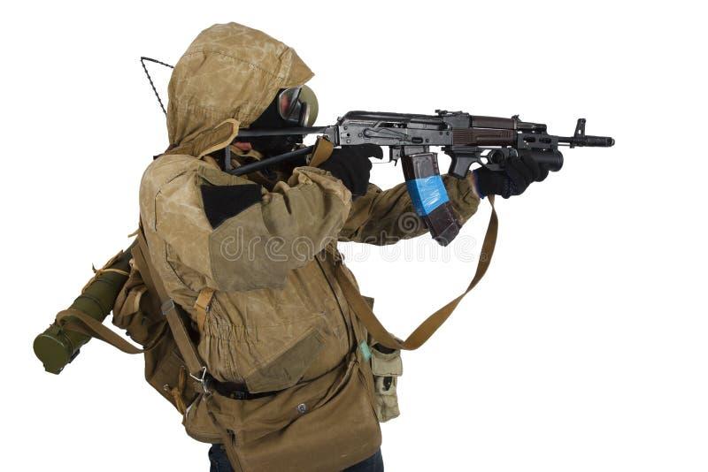 conceito Cargo-apocalíptico da ficção - assediador na máscara de gás com arma de ak-47 imagens de stock
