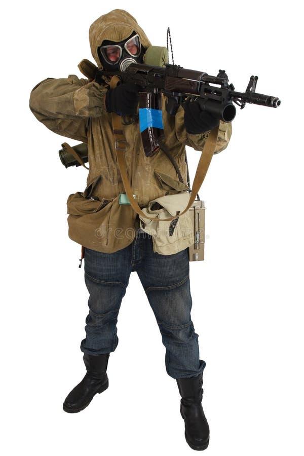 conceito Cargo-apocalíptico da ficção - assediador na máscara de gás com arma de ak-47 foto de stock