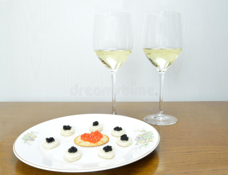 Conceito com o caviar preto e vermelho foto de stock