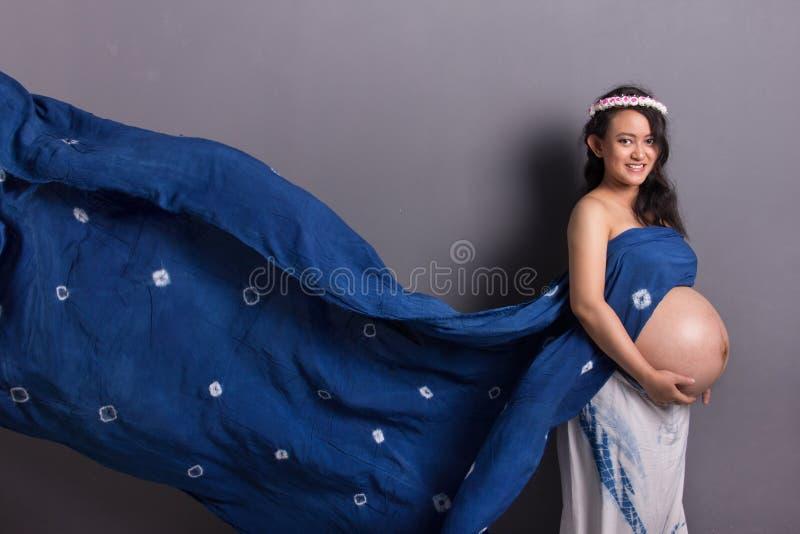 Conceito contemporâneo da gravidez imagens de stock