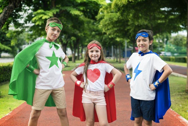 Conceito corajoso da imaginação da menina do menino do super-herói imagens de stock