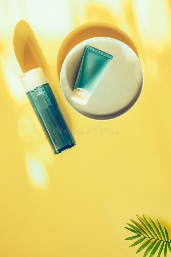 Conceito cosm?tico natural Cremes hidratantes para a pele Água e máscara Micellar Bio produto org?nico fotos de stock royalty free