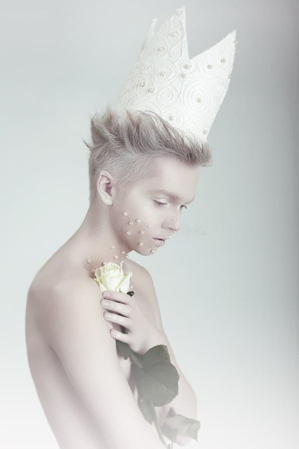 Conceito creativo Homem na coroa com flores fotos de stock