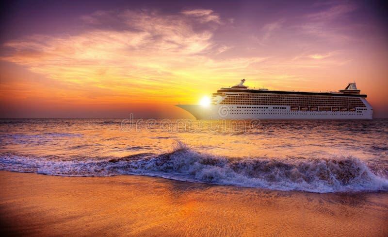 Conceito crepuscular do cruzeiro da onda de oceano do crepúsculo do por do sol fotografia de stock royalty free