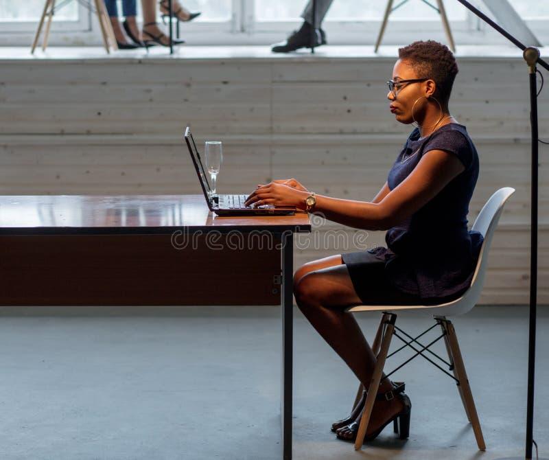 Conceito criativo africano do projeto de funcionamento da mulher imagem de stock