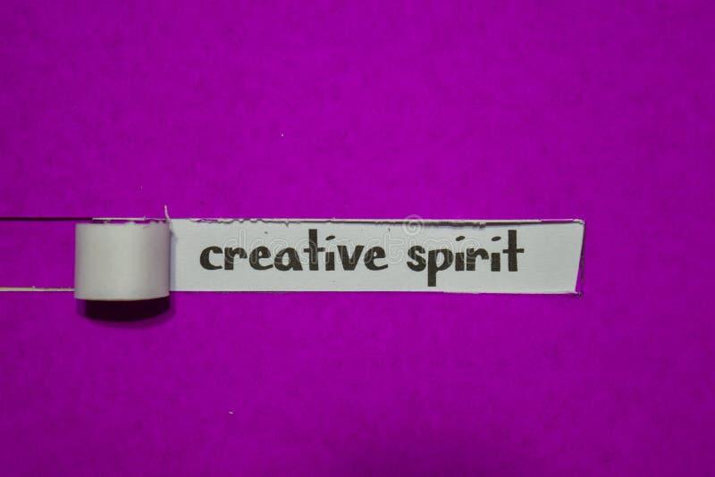 Conceito criativo do espírito, da inspiração, da motivação e do negócio no papel rasgado roxo foto de stock