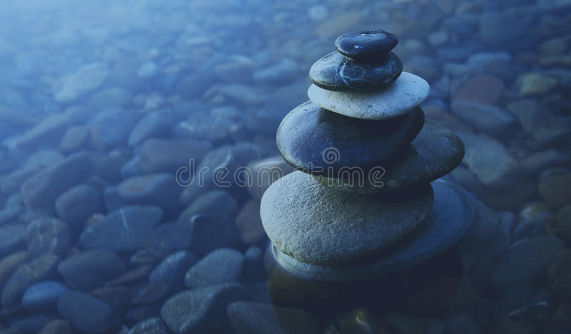 Conceito da água de Zen Balance Rocks Pebbles Covered imagem de stock