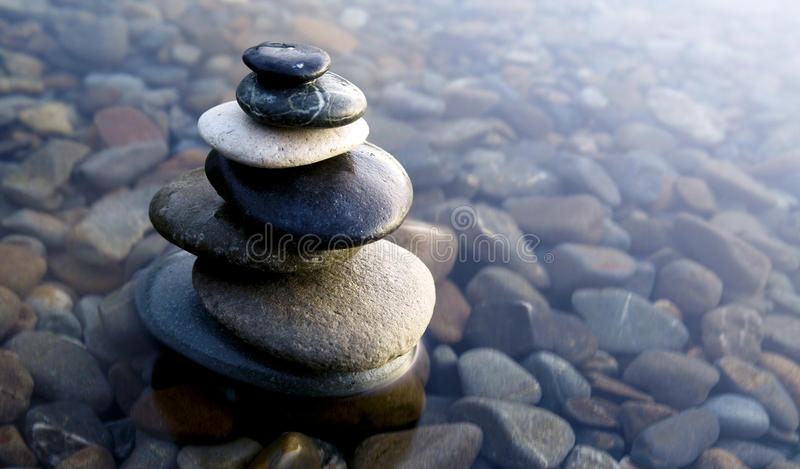 Conceito da água de Zen Balancing Rocks Pebbles Covered fotografia de stock