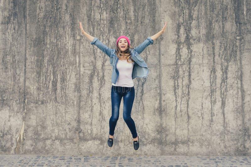 Conceito da alegria e da liberdade, vida sem problemas Menina louca, extremamente feliz na roupa das calças de brim e gritar e ju fotos de stock royalty free