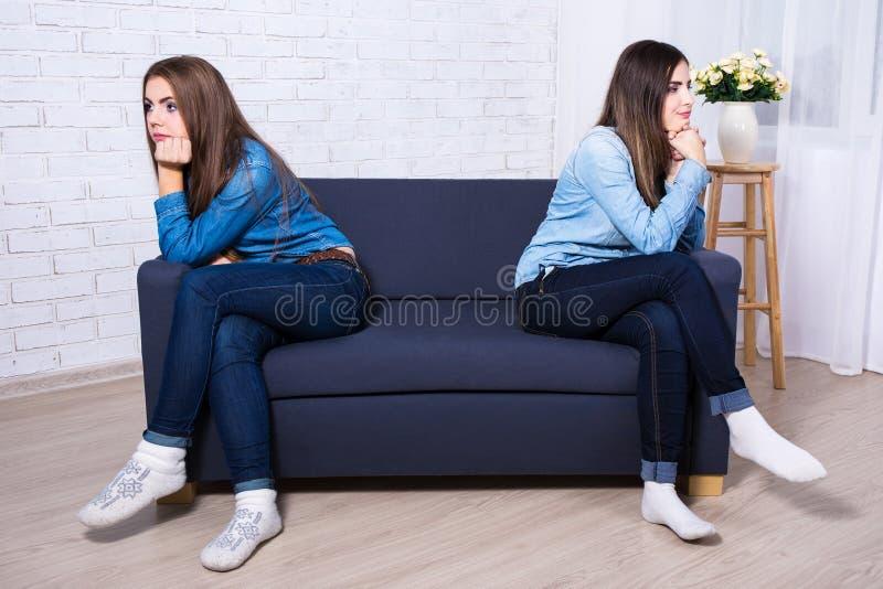 Conceito da amizade - duas meninas tristes após a discussão fotografia de stock