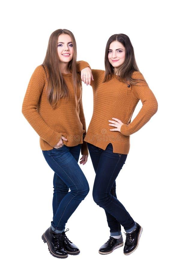 Conceito da amizade - o retrato completo do comprimento de um levantamento de duas meninas é fotografia de stock royalty free