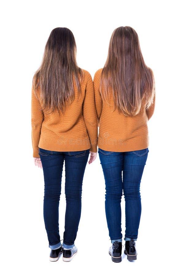 Conceito da amizade - opinião traseira duas meninas que estão isoladas sobre foto de stock